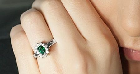 pedras preciosas verdes anéis